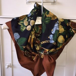 Accessories - Chain medallion fruit print scarf made in Italy